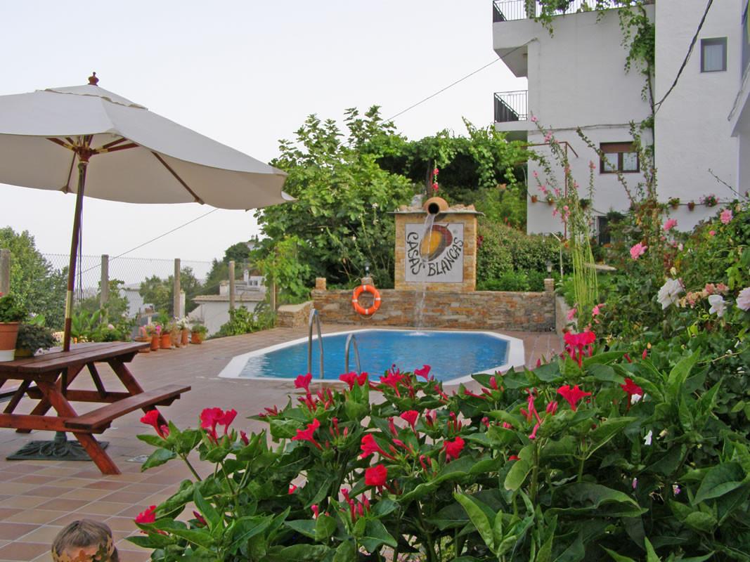 Piscinas jardines y barbacoa casas blancas - Jardin con barbacoa ...
