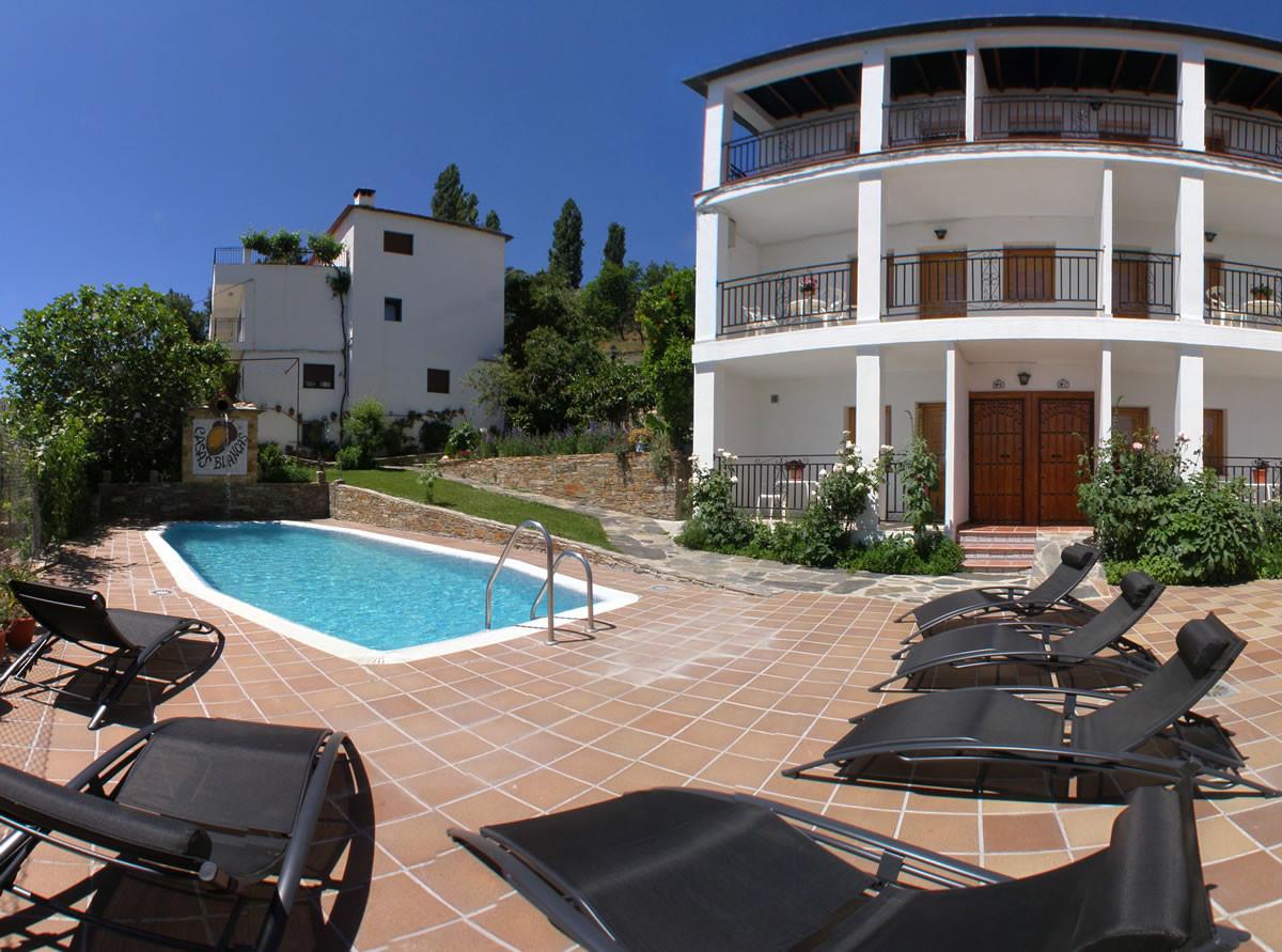 Piscinas jardines y barbacoa casas blancas for Barbacoa y piscina madrid