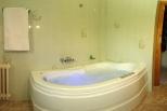Baño con jacuzzi y cromaterapia