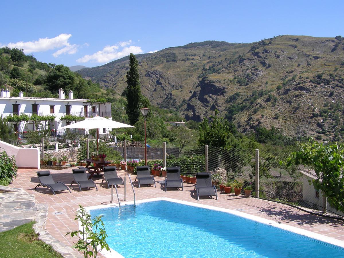 Piscinas jardines y barbacoa casas blancas for Piscina la granada